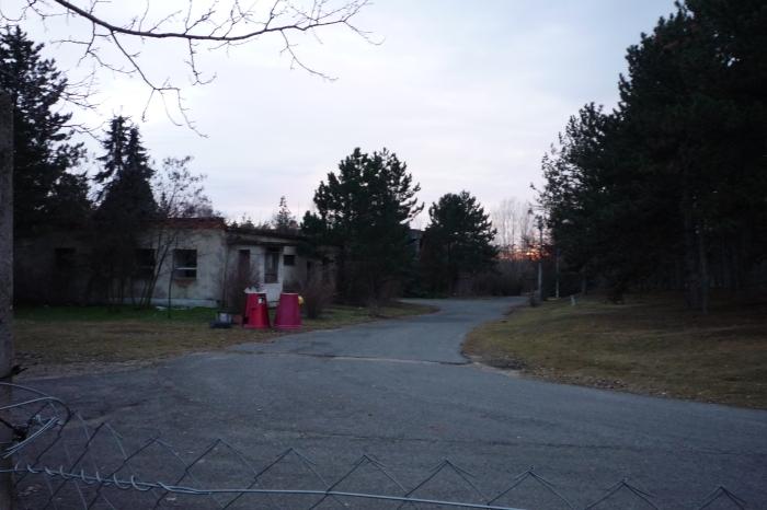 Laktanya őrség, mögötte parancsnoki épület